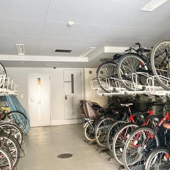 屋内の駐輪場で雨風も防げますね。
