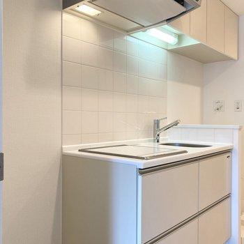 キッチン隣には冷蔵庫、レンジが置けます。