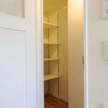階段上がったところに。靴箱にするかな。