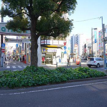 駅前からたくさんの商店街が!