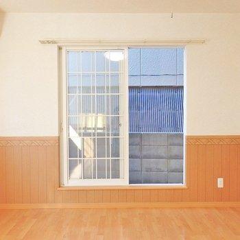 格子のついた窓が雰囲気あるね。