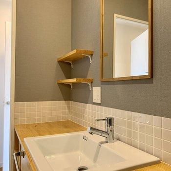 造作の洗面台は広さがあって、収納も配慮されているので使い勝手良さそう!