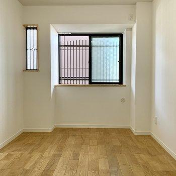 洋室②】寝室はこちらになりそうですね、二重窓設計