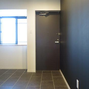 玄関土間】右手に見える壁はなんと黒板塗装!