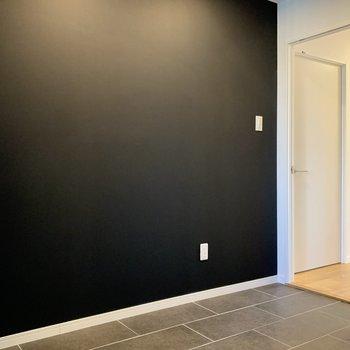 玄関土間】そしてこちらはなんと黒板塗装!チョークで描いちゃいましょう〜!