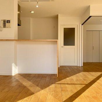 カウンターキッチンの特別仕様。扉を開ければ大きなリビングに様変わり!
