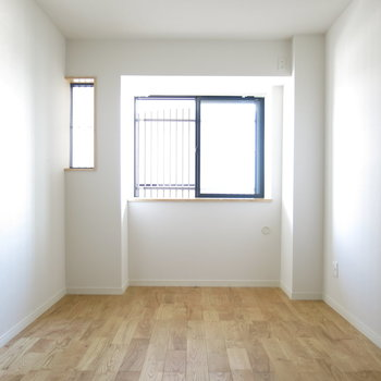 寝室】玄関側の窓は二重窓で静かな夜をプレゼント。