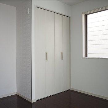2面採光ですがこちらの窓は隣と近いです