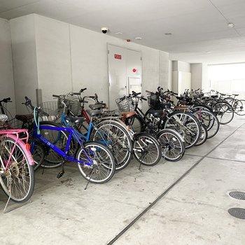 ゴミ置場の隣に、自転車置き場があります。