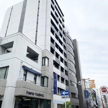 スタイリッシュな外観。12階建ての鉄筋コンクリート造のマンションです。