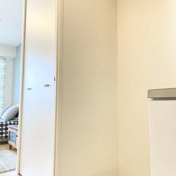 キッチンには冷蔵庫を置けるスペースがあります。
