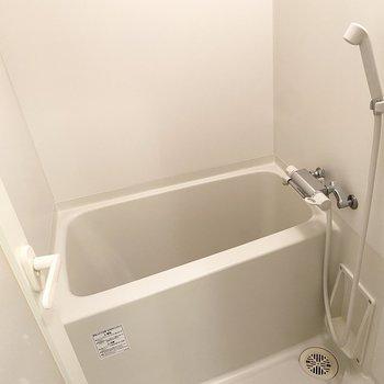 浴室はシンプルで清潔感があります。
