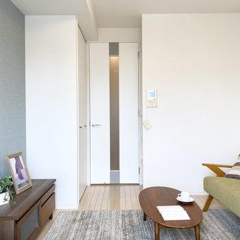白いドアがスタイリッシュです。※ 家具はサンプルです。インテリアのご参考にどうぞ