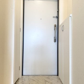 玄関の大理石調の床が素敵ですね。