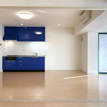 ブルーのキッチンとグリーンの窓枠が目を引きます。