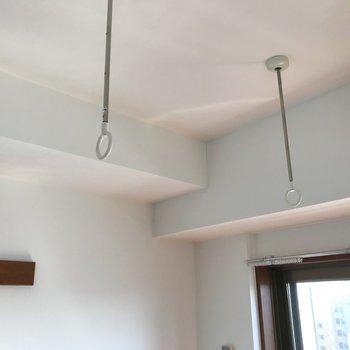 見上げると、部屋干しフックもありますよ。※写真は通電前のものです※写真は12階同間取り別部屋のものです
