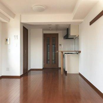 扉と床は暖かみのある木で統一されています※写真は通電前のものです※写真は12階同間取り別部屋のものです