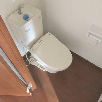 右手にピカピカトイレ※写真は通電前のものです※写真は12階同間取り別部屋のものです
