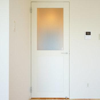 リビング入り口には窓入り扉♪ ※前回募集時の写真