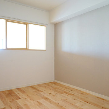 寝室には明り取りの小窓を◎ ※前回募集時の写真