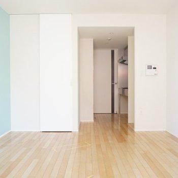 アクセントカラーが効いた明るいお部屋です