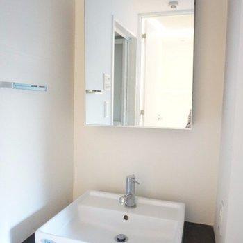鏡付きの洗面台は嬉しい!棚は付いていませんが、洗面台の下は空いてます