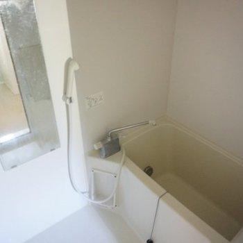 お風呂もきれいですね、鏡や棚は嬉しい