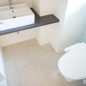 洗面台とトイレは同じ空間に入ってます