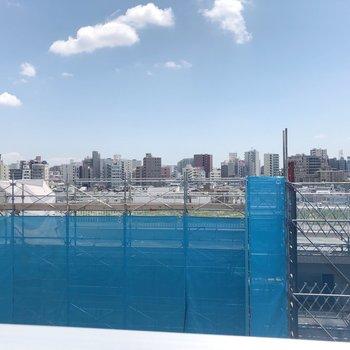 ベランダからの眺望です。 青空がみえる。