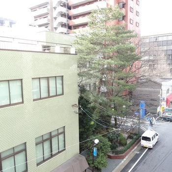 窓からの眺め。目の前は建物で眺望はイマイチ。