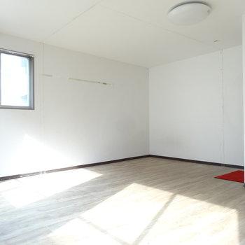 こちら側の壁に室内物干しがつきそう。