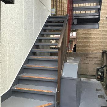 お部屋はこちらの階段で3階へ