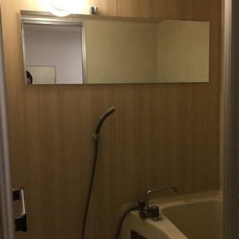 お風呂は木目調シートに長尺のミラーを
