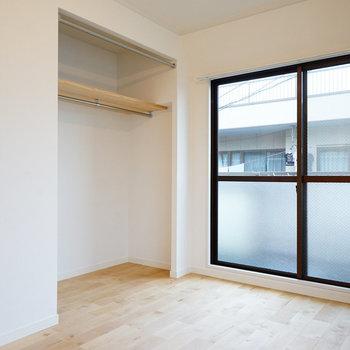 窓際の収納も大容量!