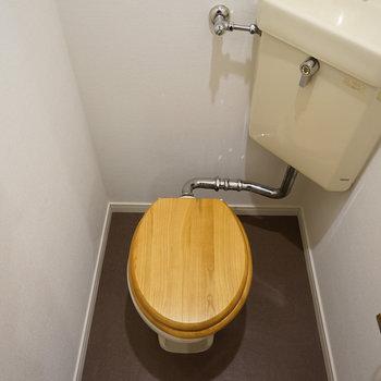 トイレは個室で木製便座を♪