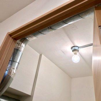 この天井にも配管が。かっこいいなぁ。
