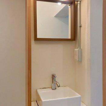 居室近くに独立洗面台。コンパクトだけどカフェのような佇まい!