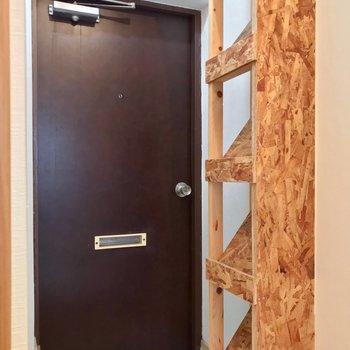 玄関前にはOSB合板でできたシューズラック。斜めに立て掛けるタイプです。
