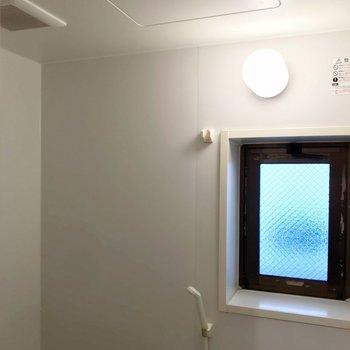 窓と換気扇もありますよ。