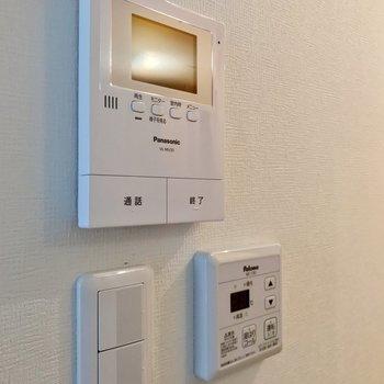モニターホンと温度調節できる給湯のリモコンがありました!