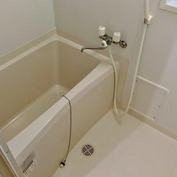 トイレはその右側に。ひねる蛇口ですが、温度調節できるので便利です。