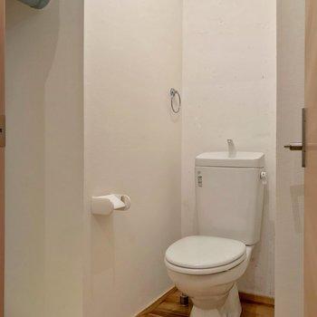 その向かいに脱衣所。トイレは持ち込みでウォシュレット設置可能です。