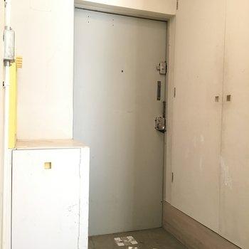右は洗濯機置場で