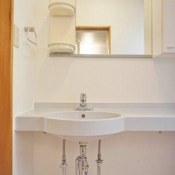 洗面台も鏡が大きくて