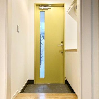 引き戸で仕切れる玄関。扉はかわいいレモンイエローで気分が上がりますね。。