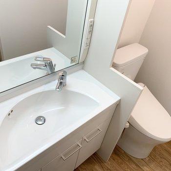 おしゃれな洗面台と、タンクレストイレ。