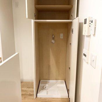 その横に扉で隠せる洗濯機が。