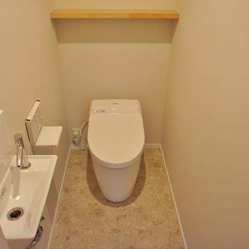 トイレはタンクレス、手洗い付き
