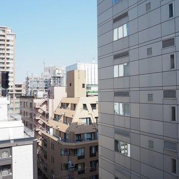 駅チカなので高い建物が多く、眺望は開けてはいません。