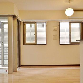 窓が多いリビングルーム。※写真は前回撮影時のもの